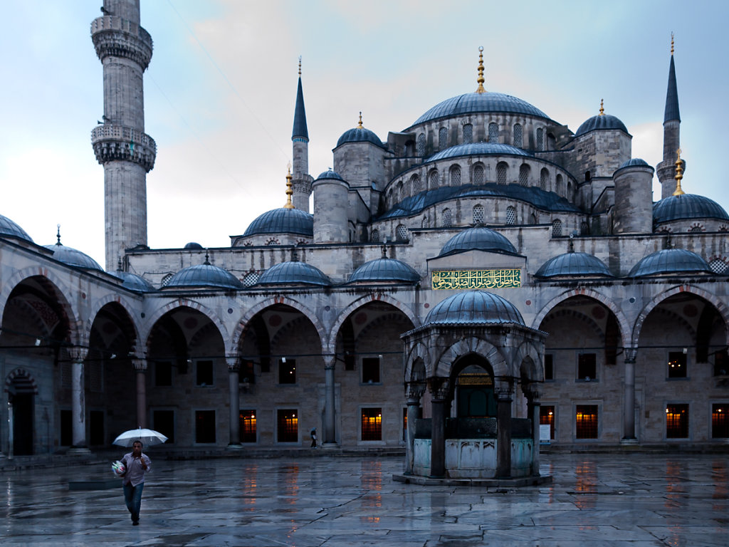 In search for customers, Blue Mosque / Sulthanamet - Istanbul