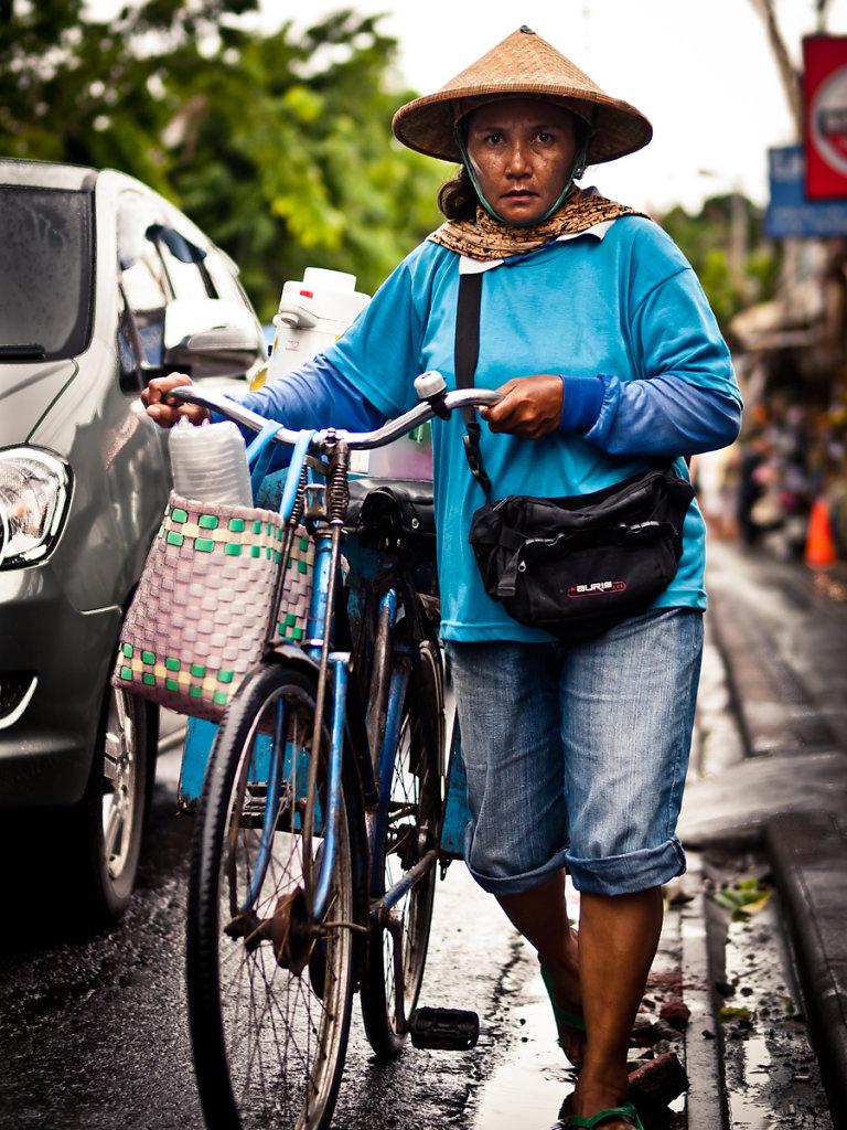 Mobile Saleswoman, Simenyak - Bali